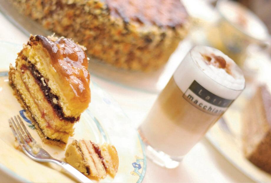 Kaffee und Kuchen genießen