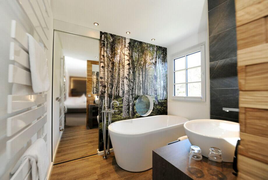Premium Hotelzimmer mit Badewanne und Naturelementen